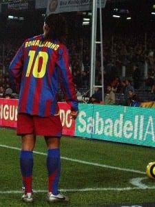 Ronaldinho slår en hörna